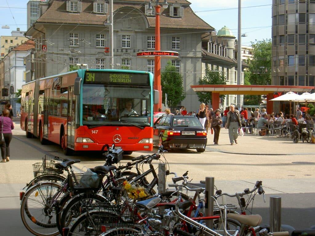 Busse, Autos, Velos und Fussgänger - Es gibt viel von allem auf dem Zentralplatz