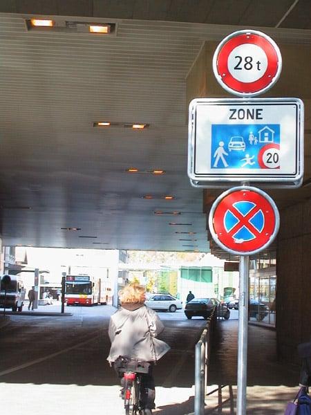 Signalisation mit Halteverbot Bild: Fussverkehr Schweiz