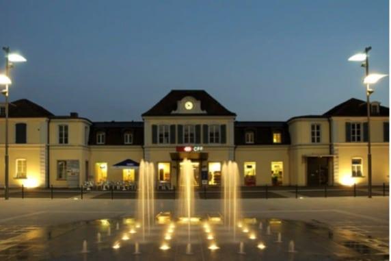 Le jeu d'eau illuminé la nuit. Source: Ville de Delémont