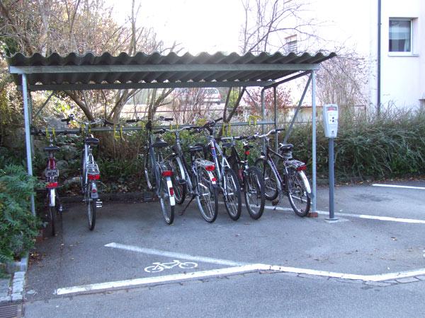 Veloabstellplätze neben den Parkplätzen