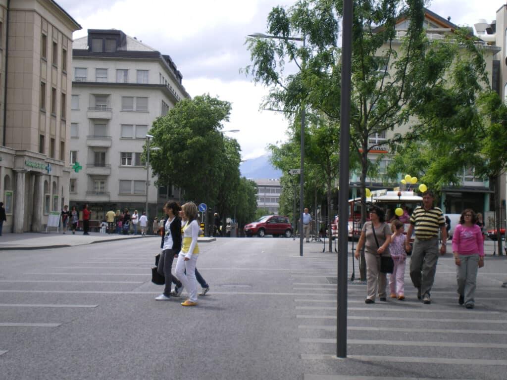 Les piétons se déplacent librement dans la zone de rencontre de la Place du Midi à Sion. (Source: bfluid)